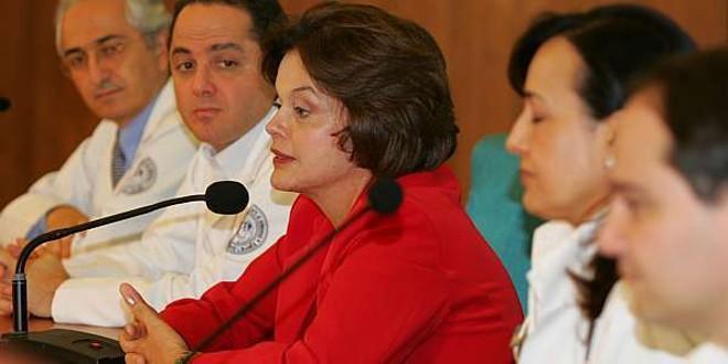Dilma Rousseff fala ao lado da equipe médica do Hospital Sírio Libanês | Antonio Milena/Agência Estado