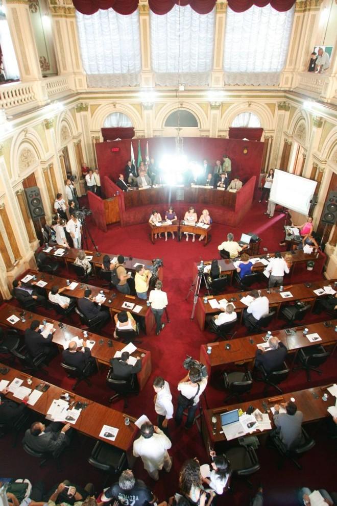 Plenário da Câmara de Curitiba: será complicado arrumar espaço para mais gente... | Daniel Castellano/Gazeta do Povo