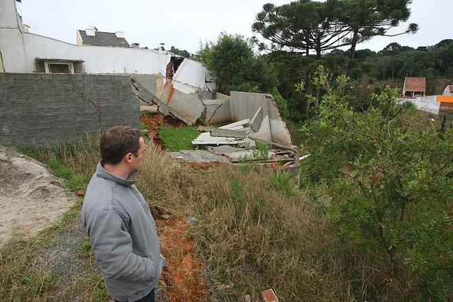 Morador observa o estrago que o deslizamento de terras causou nos terrenos |