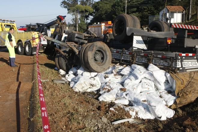 Motorista de caminhao carregado com soda caustica sai da pista e capota o veiculo no na Br-116, em Campina Grande do Sul.   Aniele Nascimento / Gazeta do Povo