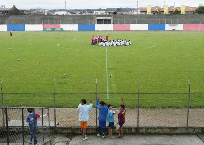 Na Vila Olímpica, crianças observam a conversa do elenco paranista antes do treino | Daniel Castellano/ Gazeta do Povo