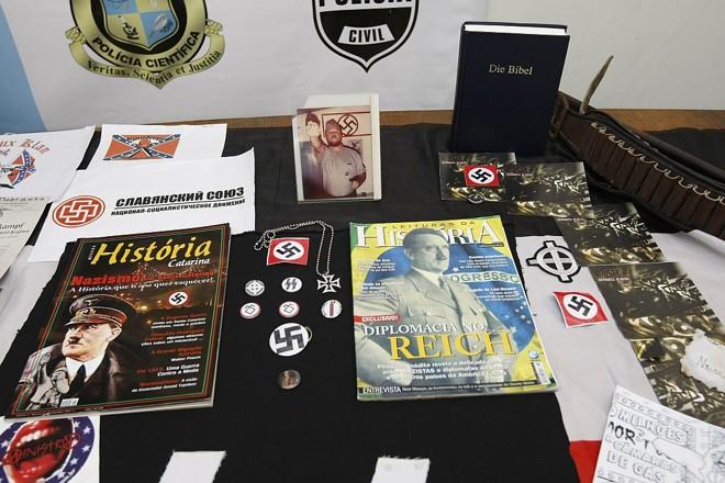 Material apreendido com acusados de atividades neonazistas no Paraná: grupo prega revisionismo histórico | Jonathan Campos/Arquivo Gazeta do Povo