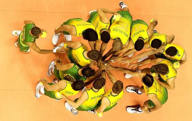 O renovado time brasileiro comemora a vitória sobre a Venezuela, em Belo Horizonte: para Bernardinho, meta é chegar à semifinal | Silvio Avila/CBV