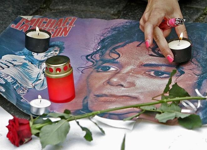 Fãs acendem velas em homenagem a Michael Jackson, em Praga, na República Checa |
