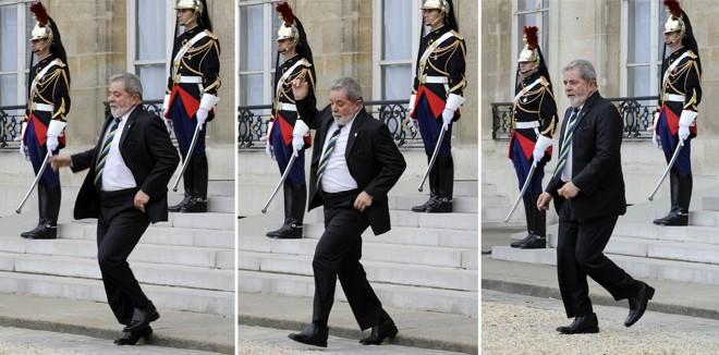 Lula tropeça na entrada do Palácio do Eliseu, em Paris, onde se encontra com o presidente francês, Nicolas Sarkozy | Reuters