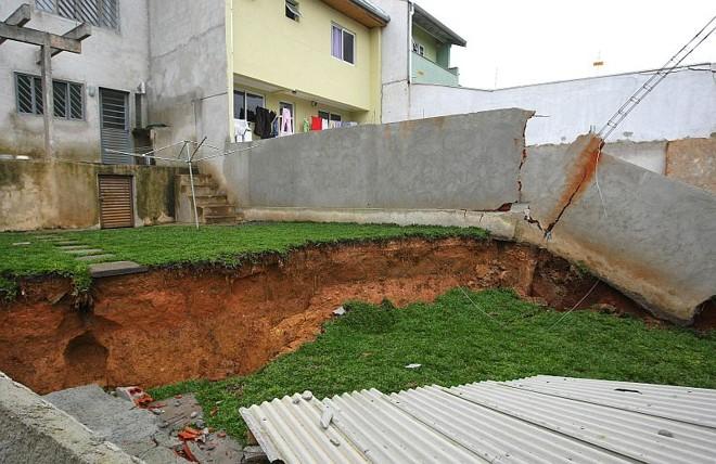 O terreno de Paulo Sérgio Valle Souza afundou cerca de um metro e meio |