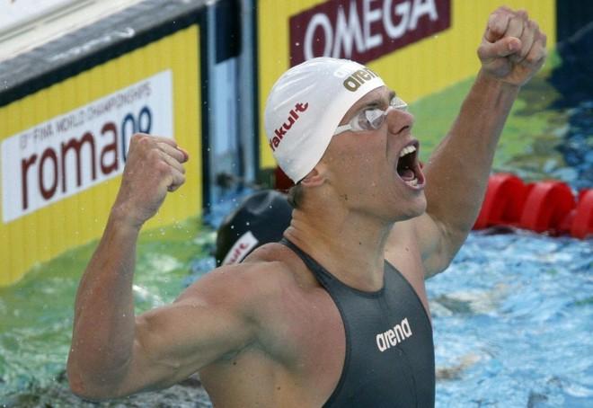 César Cielo no exato momento em que vê seu nome como novo recordista mundial e medalha de ouro nos 100 metros livre | Stefano Rellandini/Reuters