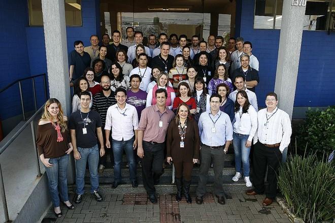 Grupo que faz o JL em frente à sede do jornal: trabalho chega a mais de 80 mil pessoas | Roberto Custódio/ Jornal de Londrina