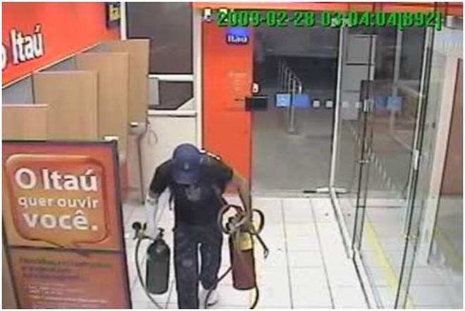 Imagens de circuito interno mostram a ação dos ladrões | Divulgação PF