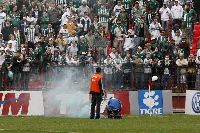 Sinalizador, que também é proibido em alguns estádios, foi arremessado no gramado da Arena | Pedro Serápio / Gazeta do Povo