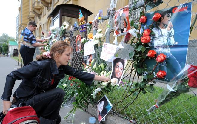 Fãs russos deixam flores em memória de Michael Jackson em frente à embaixada dos Estados Unidos em Moscou |
