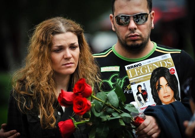 Fãs fazem homenagem ao rei do pop Michael Jackson nesta sexta-feira (26) na Bulgária |