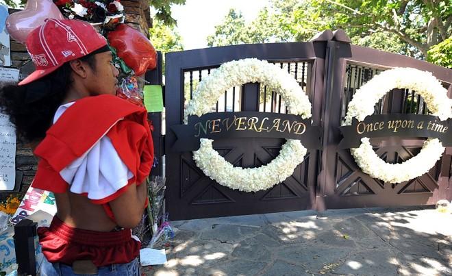 Fã de Michael Jackson aguarda em frente ao portão do rancho Neverland, na Califórnia: indecisão se o velório vai ser público no local |