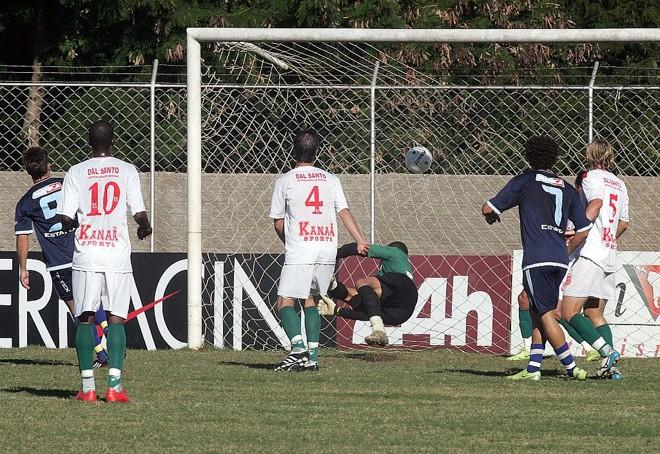 Em Foz, Baby (7) fez o primeiro gol do AFA no empate com o Serrano | Christian Rizzi/Gazeta do Povo