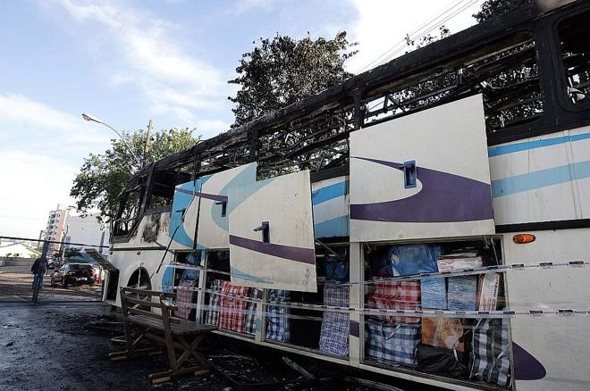 O fogo destruiu o ônibus, mas não atingiu o contrabando apreendido pela Receita | Christian Rizzi/Gazeta do Povo