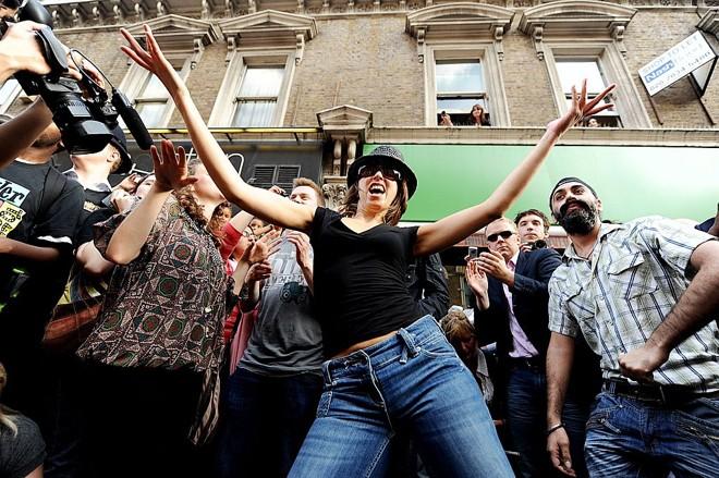 Dançarinos executam música de Michael Jackson à tarde durante homenagem ao cantor no centro de Londres |