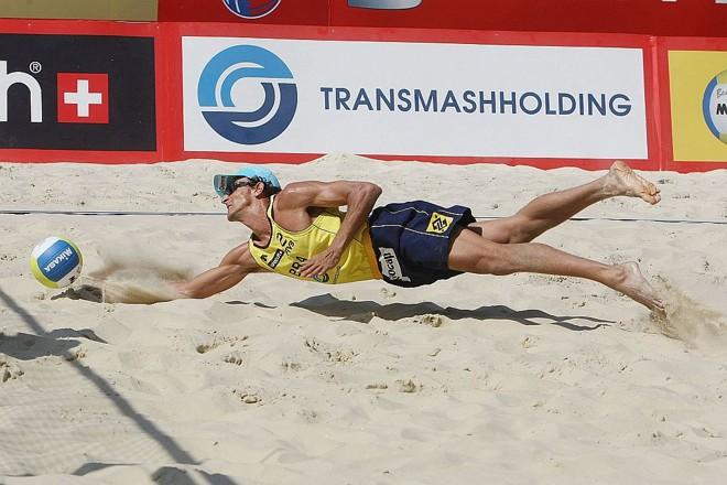 Emanuel dá um peixinho nas areias de Moscou: derrota no finzinho | Divulgação/FIVB