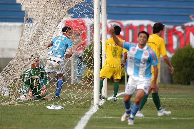 De lavar a alma: o Londrina atropelou o Ypiranga e voltou à briga por uma vaga   Gilberto Abelha/Jornal de Londrina