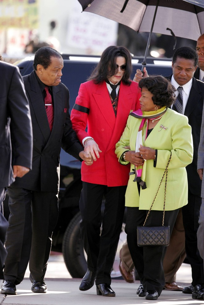 Em foto de 2005, Michael Jackson aparece ao lado de seu pai Joe Jackson e sua mãe Katherine |