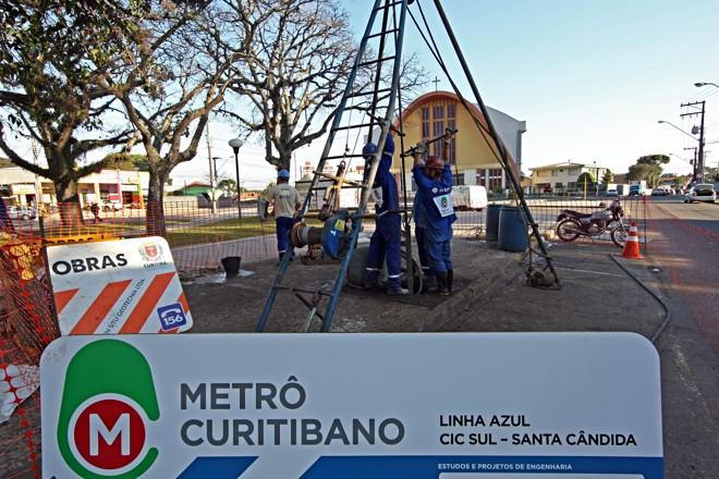 Funcionários trabalham no bairro Capão Raso, na primeira linha do metrô a Linha Azul | Albari Rosa/Gazeta do Povo