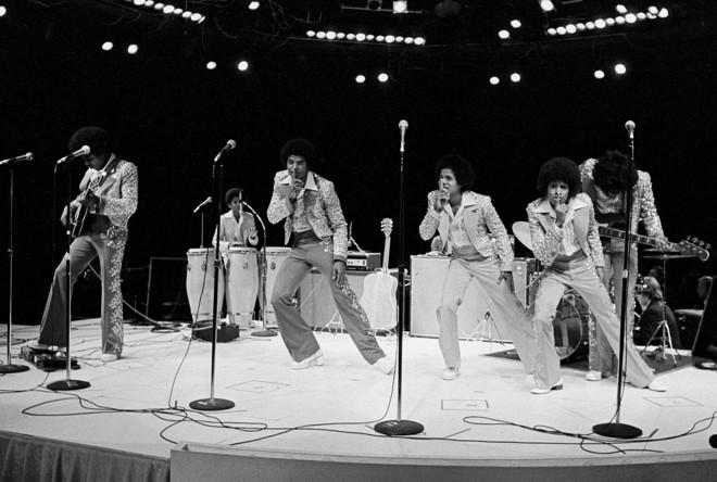The Jackson 5: Tito, Randy, Jackie, Marlon, Michael e Jermaine durante apresentação em 1974 |