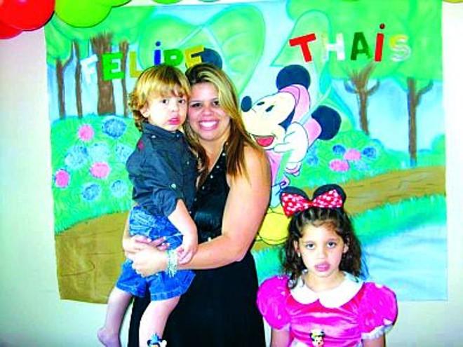 Dayana com o filho Felipe no colo e com a filha Thaís ao lado. Os três morreram no incêndio |