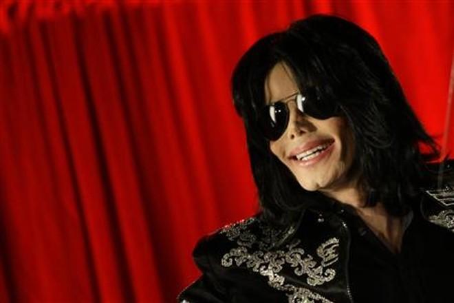 Michael Jackson não estaria respirando quando paramédicos chegaram à sua casa nesta quinta-feira (25), em Los Angeles |