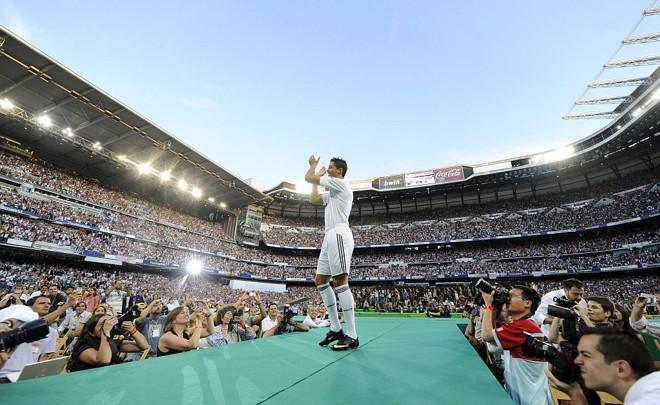 """Diante de 80 mil fãs e 500 veículos de comunicação de todo mundo, Cristiano Ronaldo veste pela primeira vez a camisa do Real Madrid. """"Sou ambicioso"""", diz atacante   Dani Pozo/AFP"""