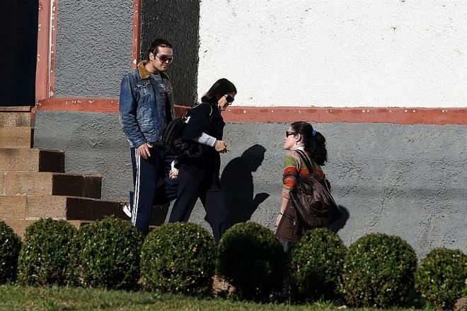 Carli Filho e a mãe (de preto) saem de igreja: rotina do ex-deputado é rezar e se exercitar para recuperar-se do acidente  