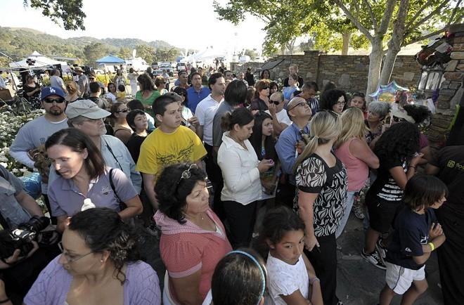 Populares se aglomeram na entrada do rancho Neverland: espera pelo corpo do ídolo pop Michael Jackson |