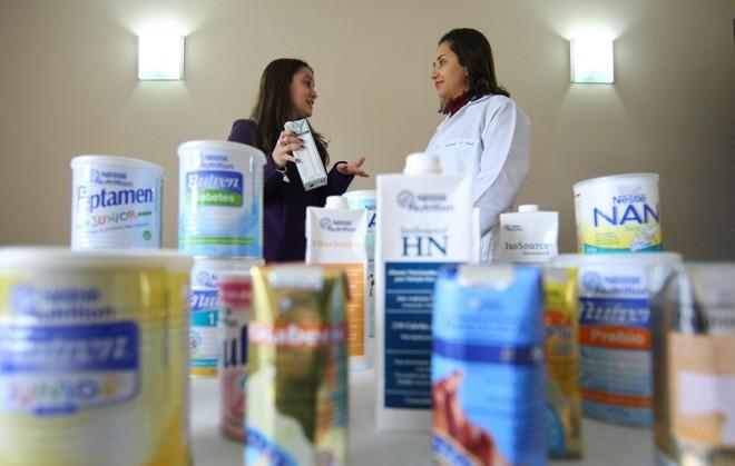 Marketing: Gabriela Motti (à esquerda) divulga produtos de dietas hospitalares para profissionais de saúde | Jonathan Campos/Gazeta do Povo