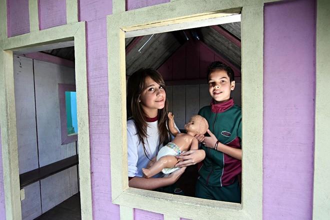 Os estudantes Eduarda Martins e Matheus Ion, da 6ª série da Escola Viver têm de cuidar de uma boneca. O objetivo é que eles simulem como seriam as consequências de uma gravidez precoce. A atividade faz parte das discussões dos temas transversais, importantes para a formação dos alunos e, em alguns casos, difíceis de serem abordados   Fotos: Albari Rosa/Gazeta do Povo