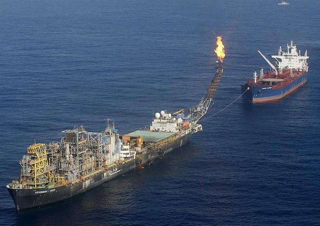 Plataforma P-34, da Petrobras, já extrai petróleo da camada pré-sal | Jamil Bittar/Reuters