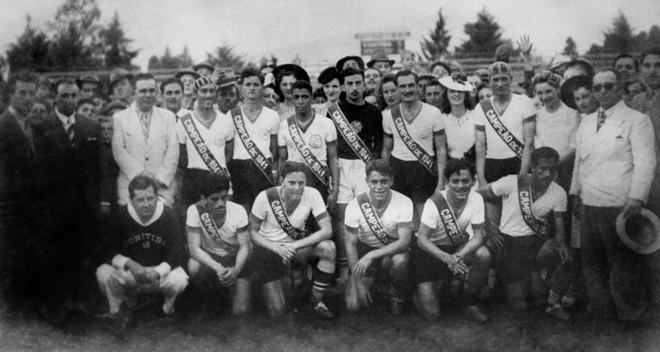 A torcida não se conteve com o primeiro título em Atletiba, em 1941. Engravatada e com chapéus, invadiu o campo e posou com os campeões |