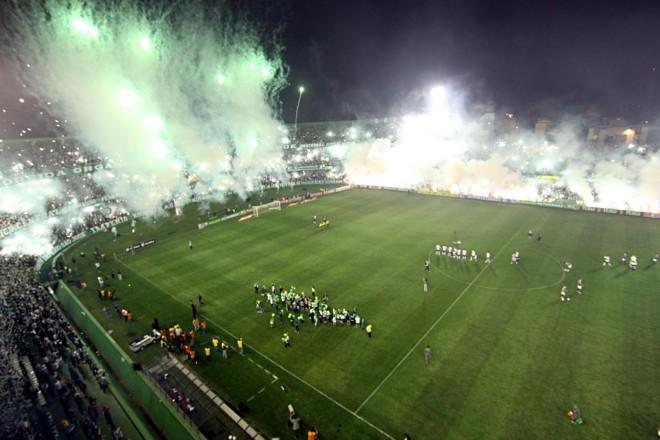 O Green Hell, criação de um grupo de torcedores na internet em 2009, ajuda a intimidar os adversários no Couto Pereira |