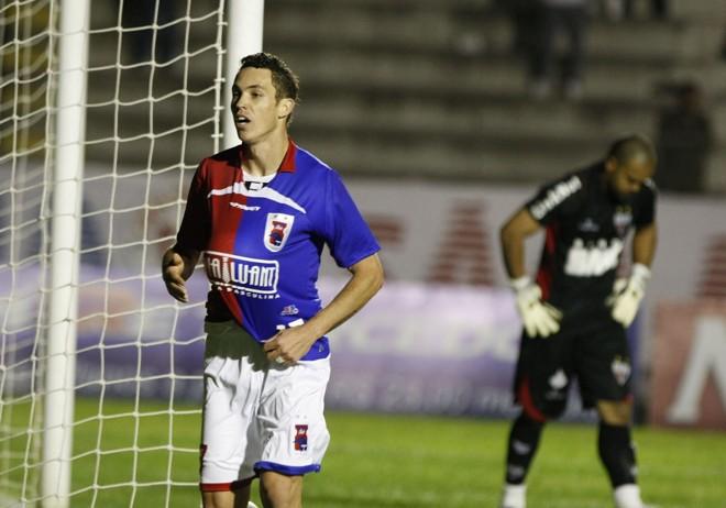 Marcelo Toscano voltou a atuar como atacante na carreira e ajudou o Paraná a reencontrar a vitória em casa | Pedro Serápio / Agência Gazeta do Povo