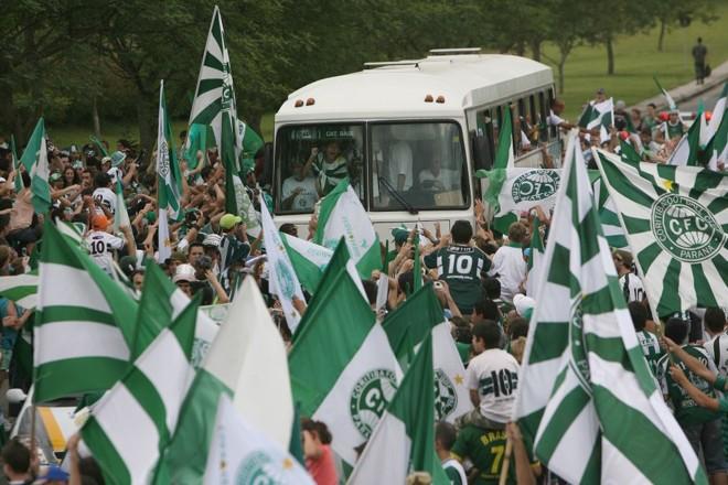 Na volta do Recife, onde o Coritiba conquistou a Série B, a torcida foi às ruas para receber mais um time campeão |