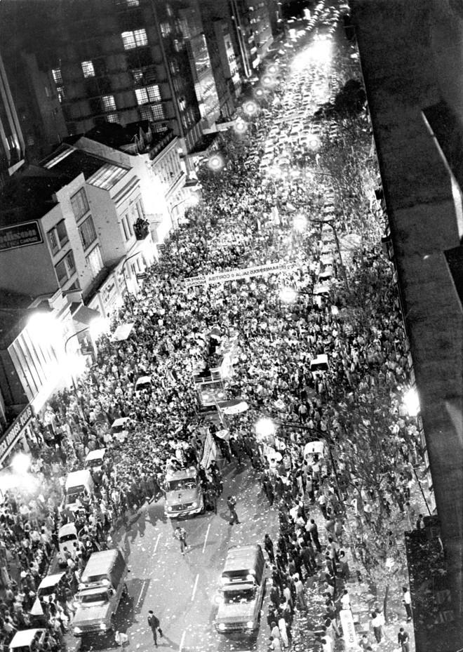 Uma multidão coxa-branca tomou a Marechal Deodoro, na noite de 1º de agosto de 1985, para saudar o time campeão brasileiro | Arquivo / Gazeta do Povo