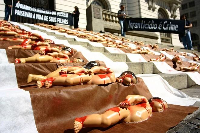 Em julho de 2008, defensores de um projeto de lei que protege crianças indígenas portadoras de deficiência e que poderiam ser vítimas de infanticídio fizeram uma manifestação no Rio de Janeiro   Pedro Pantoja/AE