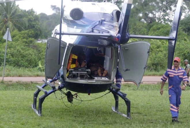 Brasileiros são socorridos e transportados de helicóptero para hospital após ataque em albina, no Suriname | Reuters