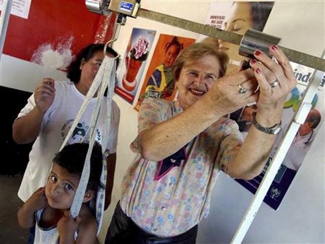 Zilda Arns durante o trabalho de pesagem das crianças feito pela Pastoral | REUTERS/Cesar Ferrari