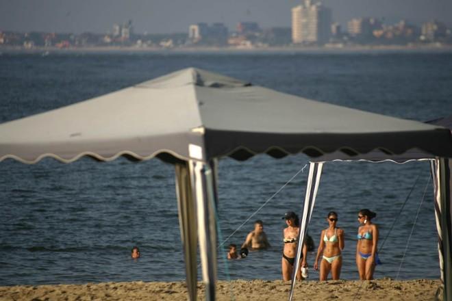 Veranistas aproveitam o dia se bronzear e se refrescar na água   Daniel Castellano/Gazeta do Povo