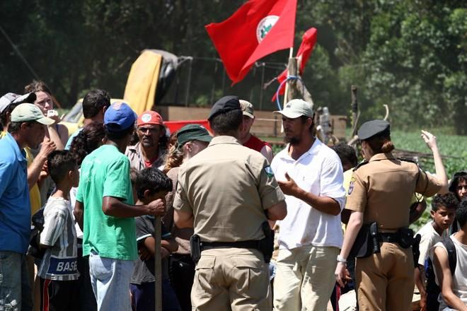 Eles ficam: sem terra convencem policiais militares e fincam bandeiras na fazenda São Francisco II, em Ponta Grossa | Henry Milléo/ Gazeta do Povo