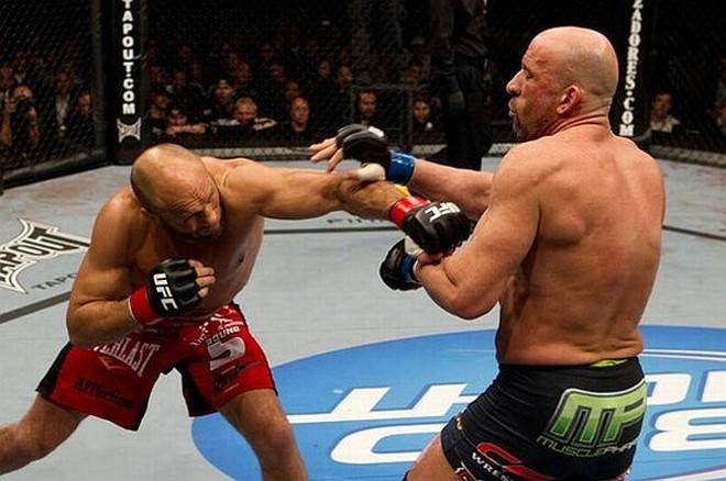 Couture (à esquerda) dominou Mark Coleman e venceu o encontro de lendas no UFC 109 | Reprodução / UFC