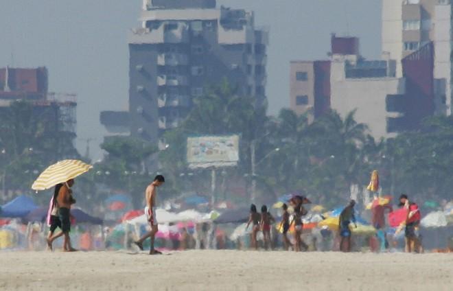 Previsão do Instituto Tecnológico Simepar é de que o calor dos últimos dias nas praias do Paraná alivie a partir de hoje com pancadas de chuva no final da tarde | Daniel Castellano/Gazeta do Povo