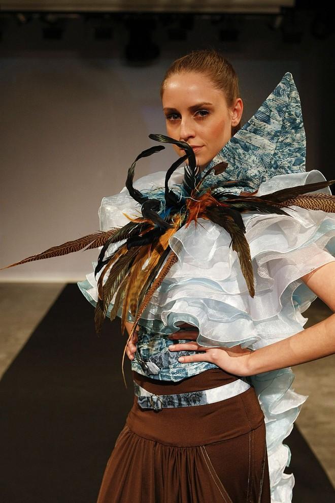 Modelo desfila no PBC de 2009: moda com identidade |
