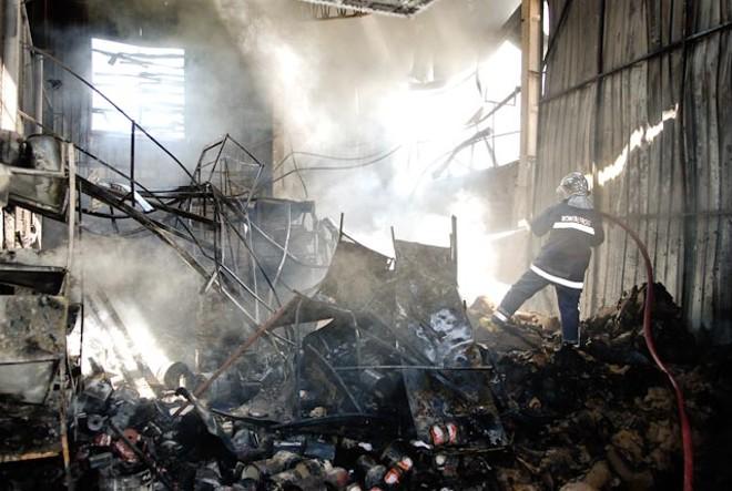 Uma pessoa se feriu e dois bombeiros se intoxicaram em um incêndio que atingiu uma fábrica de painéis localizada em Maringá, no mês de fevereiro | Fábio Dias/GazetaMaringá