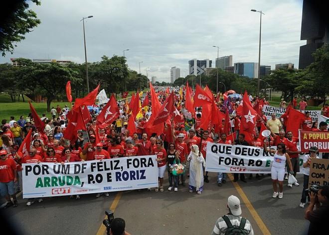 Centenas de pessoas saíram às ruas de Brasília em protesto contra escândalos do governo do Distrito Federal | Antonio Cruz / ABr