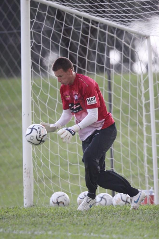 O jovem Neto, goleiro do Atlético, terá, na Vila, seu primeiro grande teste | Giuliano Gomes/ Gazeta do Povo