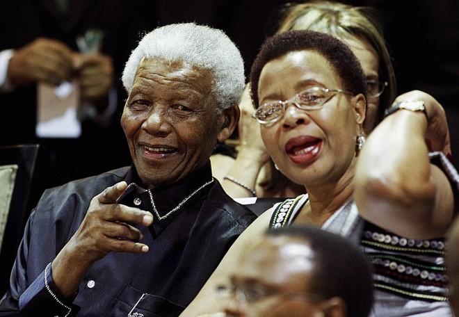 Mandela ao lado de sua esposa, no parlamento sul-africano, durante a comemoração dos 20 anos de sua libertação | Reuters